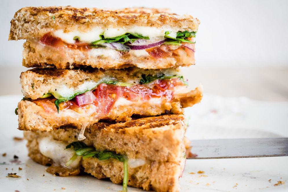 Sajtos szendvics tökmagos salátával